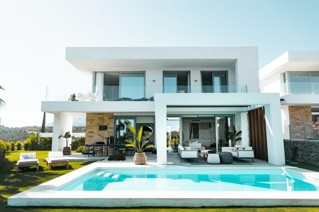 Zahradní nábytek slaďte s designem vašeho domu.